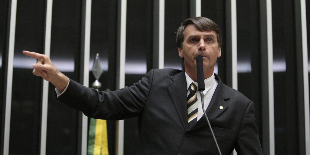 """Brasil, Brasília, DF.21/09/2011 O deputado federal Jair Bolsonaro (PP-RJ) discursa durante a votação do projeto que cria a Comissão da Verdade, em Brasília.   A Câmara dos Deputados aprovou o regime de urgência para a tramitação do projeto que cria a Comissão da Verdade para """"examinar e   esclarecer"""" as violações de direitos humanos ocorridas entre 1946 e 1988. Foram 351 votos favoráveis, 42 contrários e 11 abstenções. - Crédito:DIDA SAMPAIO/ESTADÃO CONTEÚDO/AE/Código imagem:133938"""