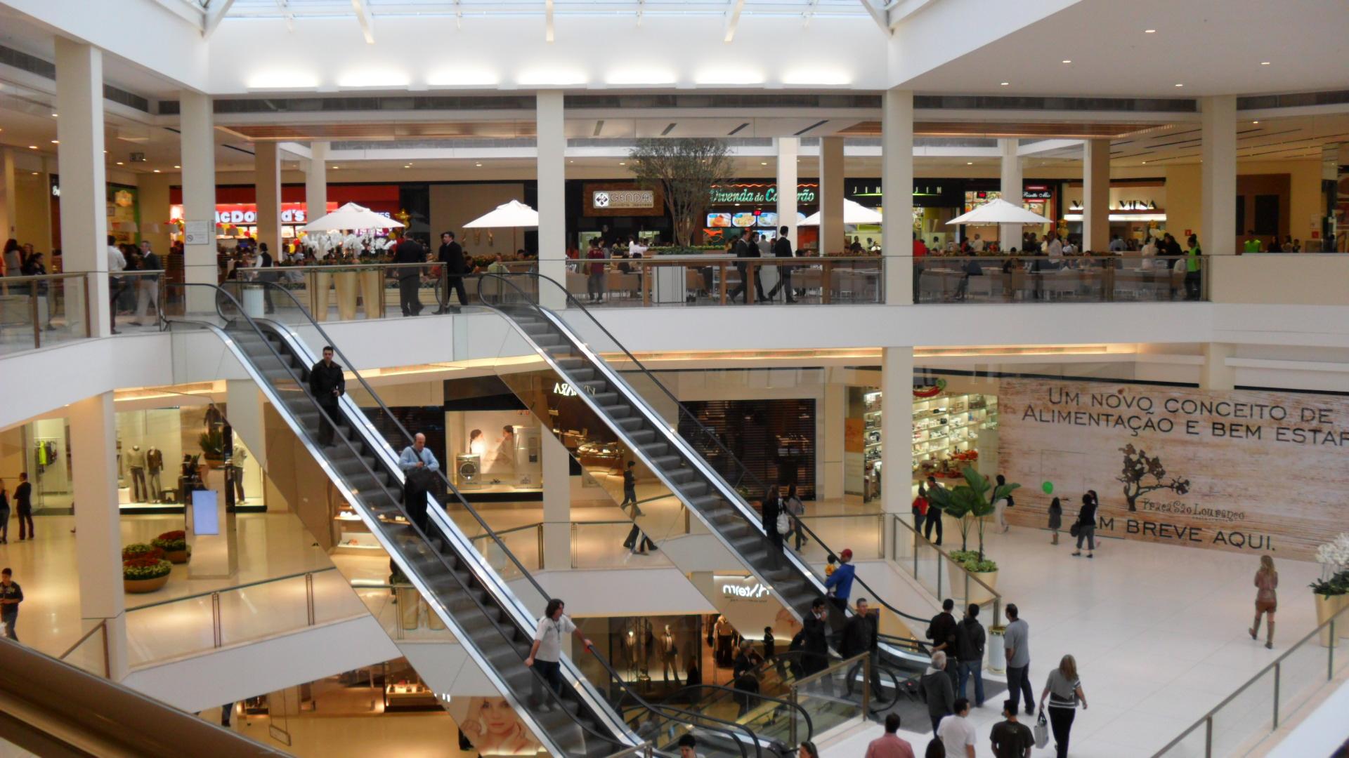 Cliente que escorregou em piso molhado de shopping não será indenizada