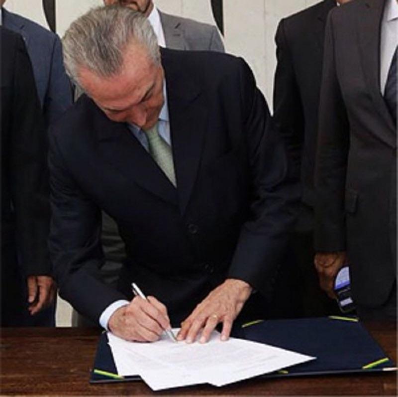 Michel Temer assume Presidência e divulga nomes de 24 ministros