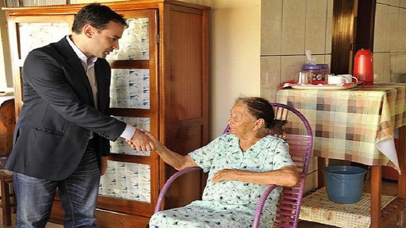 Juiz vai até a casa de idosa de 100 anos para conceder o direito de se aposentar
