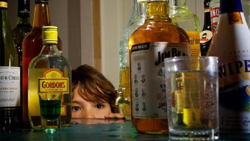 Fornecer gratuitamente bebida alcoólica para criança e adolescente é crime?