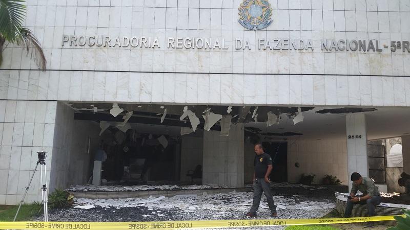 Explosão destrói frente da sede da Procuradoria da Fazenda no Recife