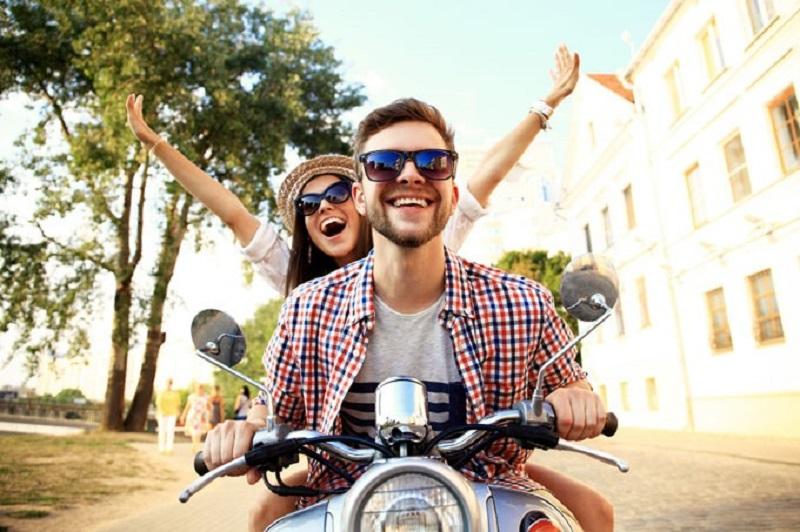 casal-andando-de-moto-feliz