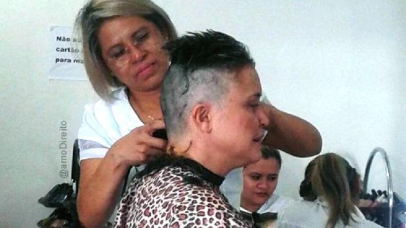 Mulher passa na OAB na sexta tentativa e cumpre promessa de raspar o cabelo